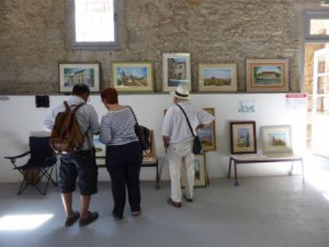 Visiteurs devant le stand de Didier Garcia, aquarelliste