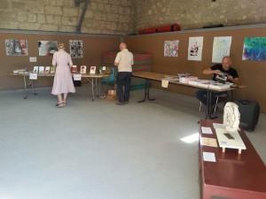 VAL, notre invité, auteur de bande dessinée en train de préparer un atelier à destination des enfants