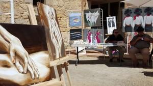 Peintures magnifiques. Le stand est installé, les visiteurs sont sur le point d'arriver...