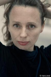 """Love Bowman - actrice parisienne - s'apprêtant à jouer son spectacle """" Eros ensorcelé """" dans la salle de spectacle du Château de Capestang. Nous la retrouverons cet été 2017 à Avignon  au cours de la représentation de """" Huis clos """" de Jean-Paul Sartre."""