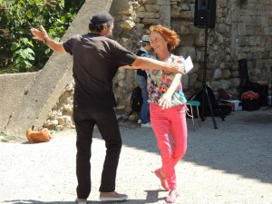 Valse et bonne humeur au Château lors des Rencontres de Capestang. Mijo notre aquarelliste et Robert s'en donnent à cœur joie !