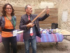 Isabelle de Montfumat - notre Commissaire d'exposition - et son sourire. Jean-Louis Caccomo expérimente un instrument de musique créé par Lesire, exposant en ces lieux.