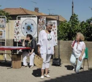 Une petite visite avant de se rendre au marché tout proche du Château. Sur a gauche, Claude Monthurel et ses magnifiques collages