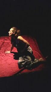 """Love Bowman, comédienne, au cours de la représentation du spectacle """" Eros ensorcelé """" dans la salle de spectacle du Château de Capestang devant une nombreuse assemblée réunie à cette occasion."""